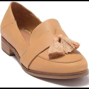 Like new Toms leather tan loafers tassels 7.5